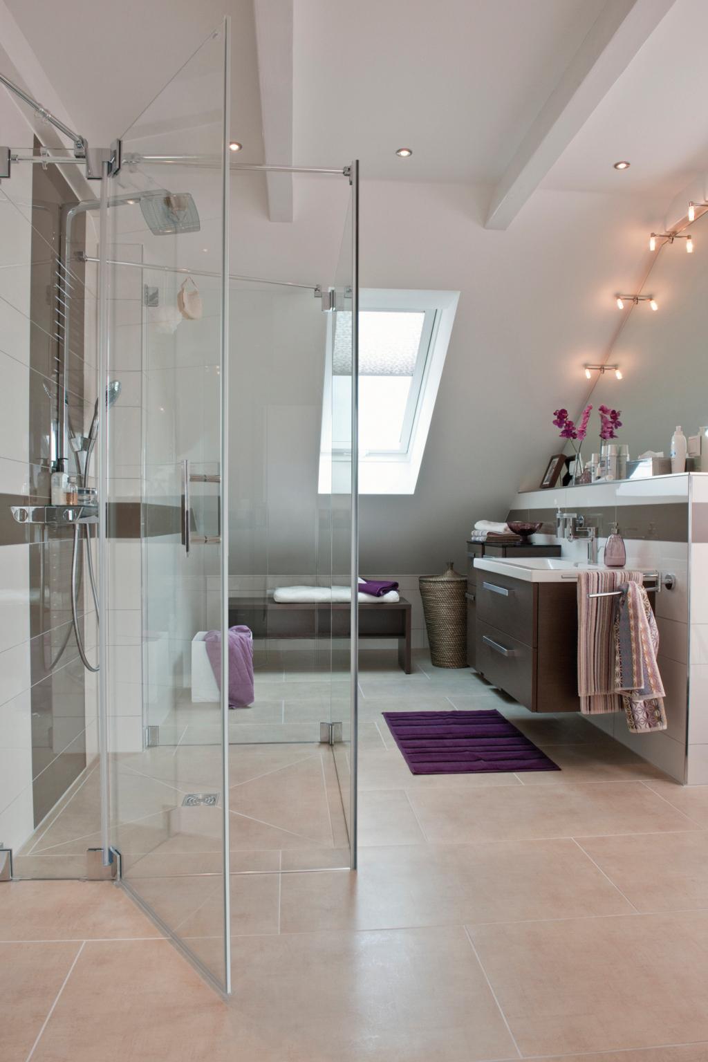 Dank der richtig verwendeten Baustoffe: Ein kleines modern eingerichtetes Badezimmer, ohne Schimmelbildung.