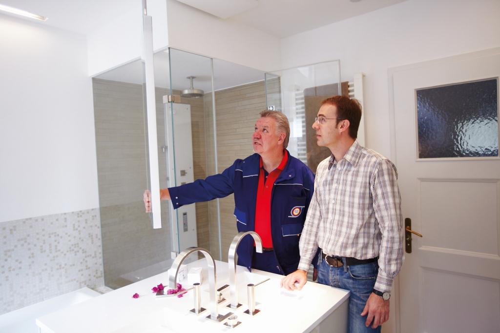 Eigenheimbesitzer lässt sich von einem Fachmann über eine Badsanierung beraten.