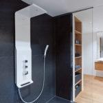 Dusche bodengleich mit modernen Armaturen und einem Regenduschkopf