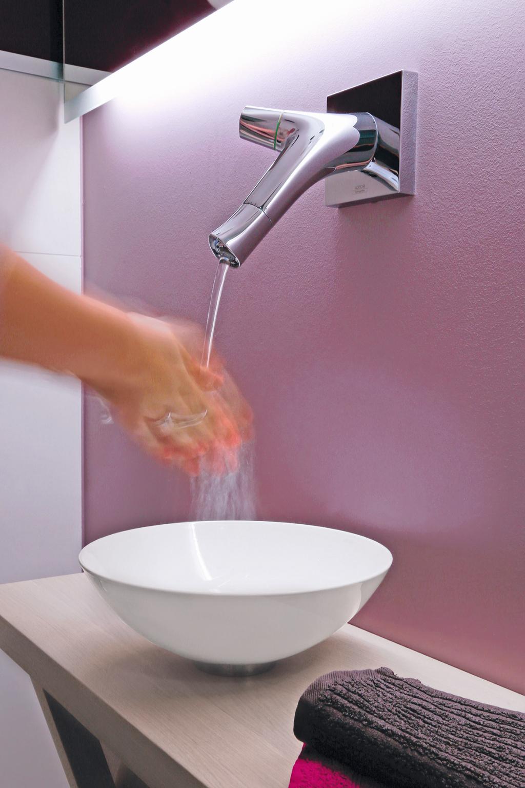 Händewaschen am Waschtisch, Badarmaturen in modernem Design