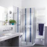 Modernes Bad mit Dusche und Waschtischen, Wandgestaltung mit kleinformatigen Fliesen und Kalkputz