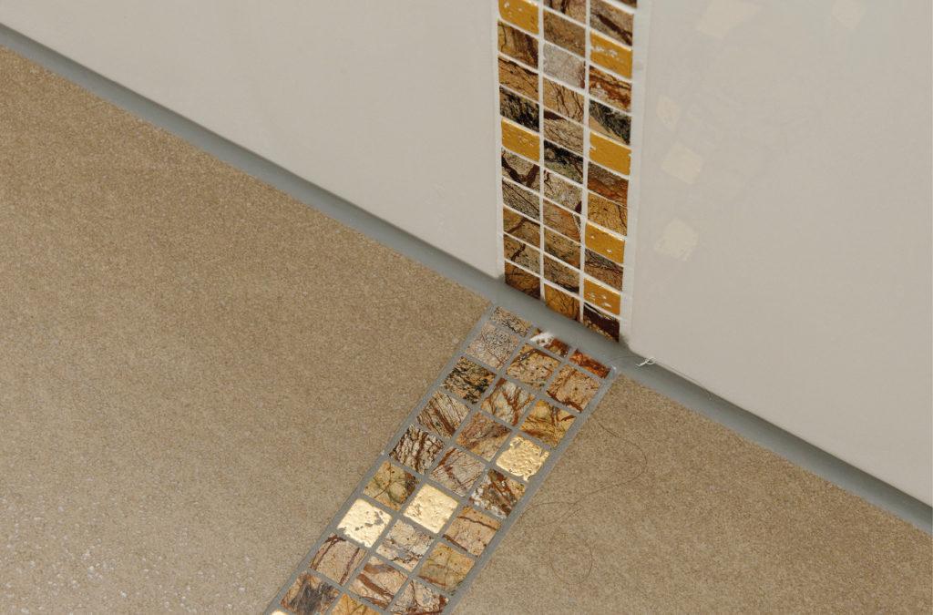 Bodengestaltung mit Fliesen im Badezimmer mit Großformaten und Mosaik