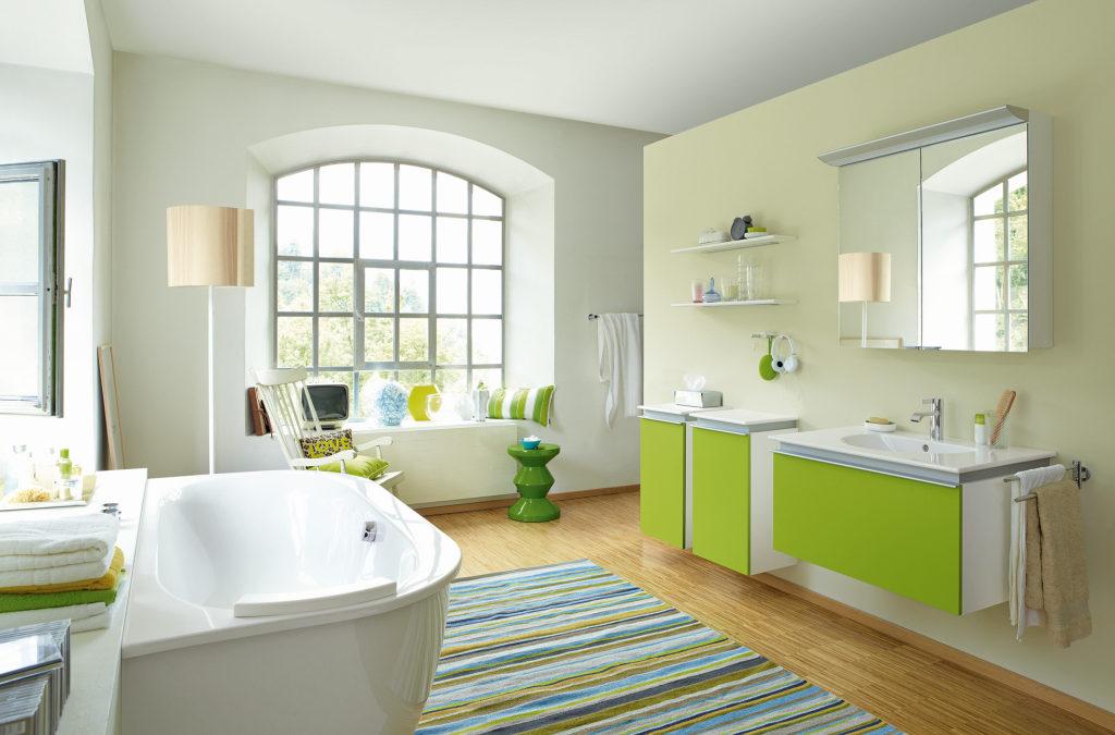 Modernes Wohnbad mit Designfußboden, Waschtischen, Schränken, Teppich, großzügig gestaltet, viel Licht