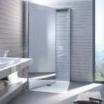 Barrierefreies Bad mit bodenebener Dusche und Waschbecken.