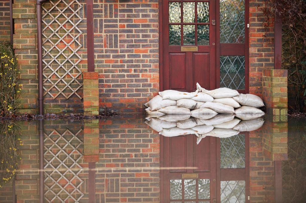 Sandsäcke Vor Ser Haustür Bei Überschwemmung