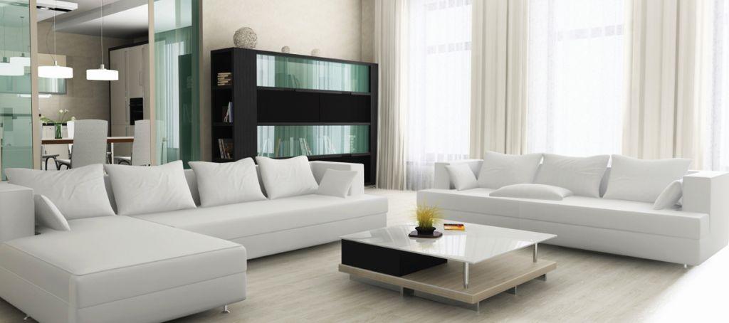 Modernes Interieur mit weißem Sofa, hellem Fußboden, schwarzem Schrank und kleinem Wohnzimmertisch