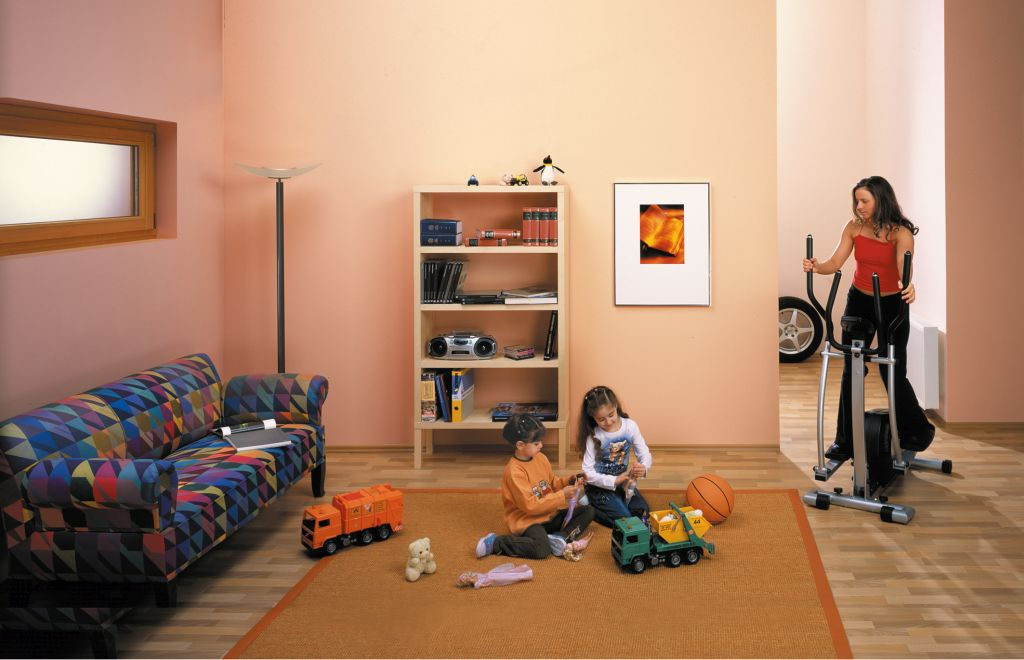 Kind spielt in einem Kinderzimmer im Keller