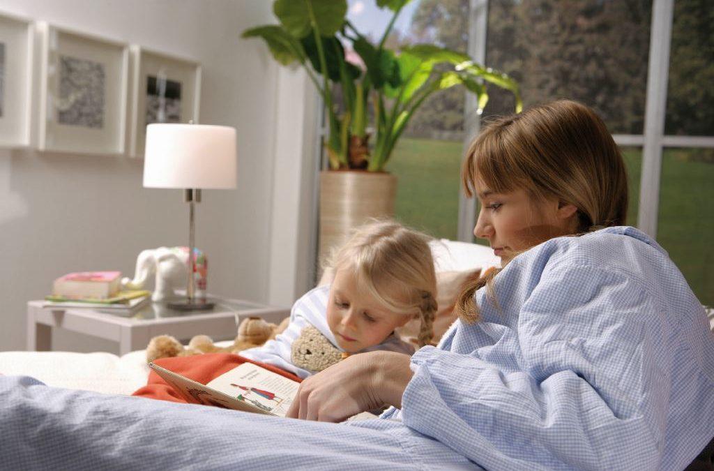 Mutter liest ihrem Kind vor.