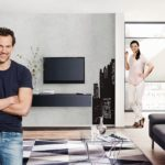 Mann und Frau freuen sich über die neue Fernsehwand. Der Flat-TV hängt sicher an der Wand.