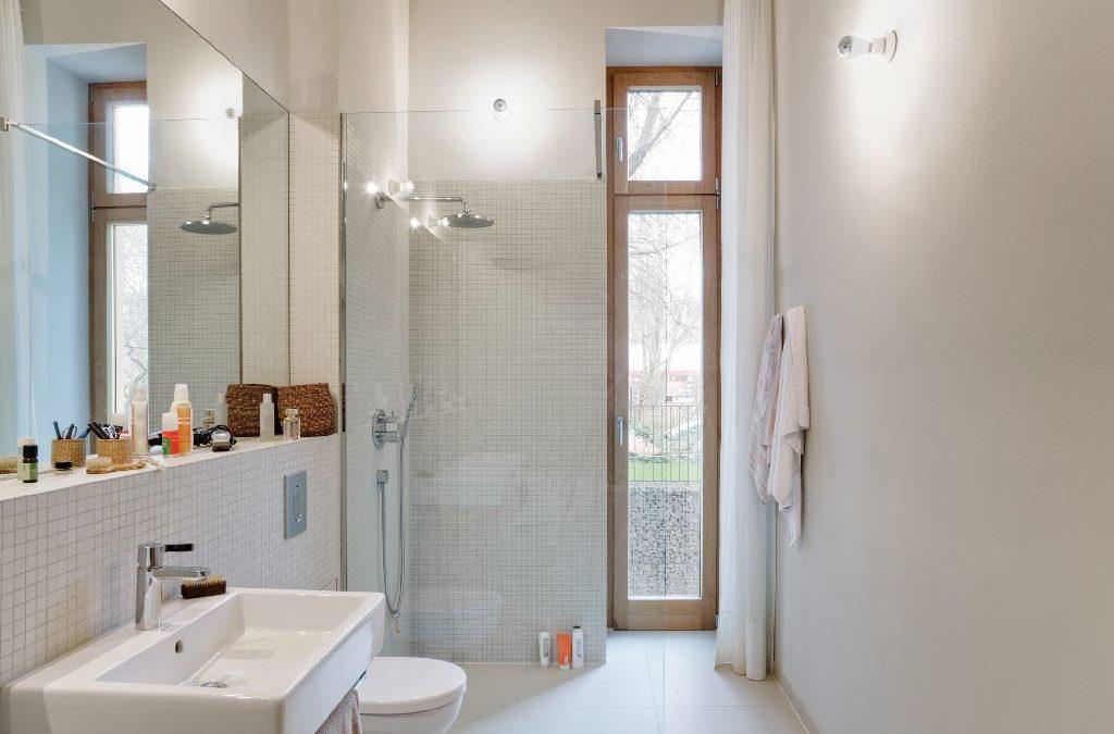 Kleines Bad mit schmaler Fenstertür. Bei Knopfdruck kann man Heizkosten sparen.
