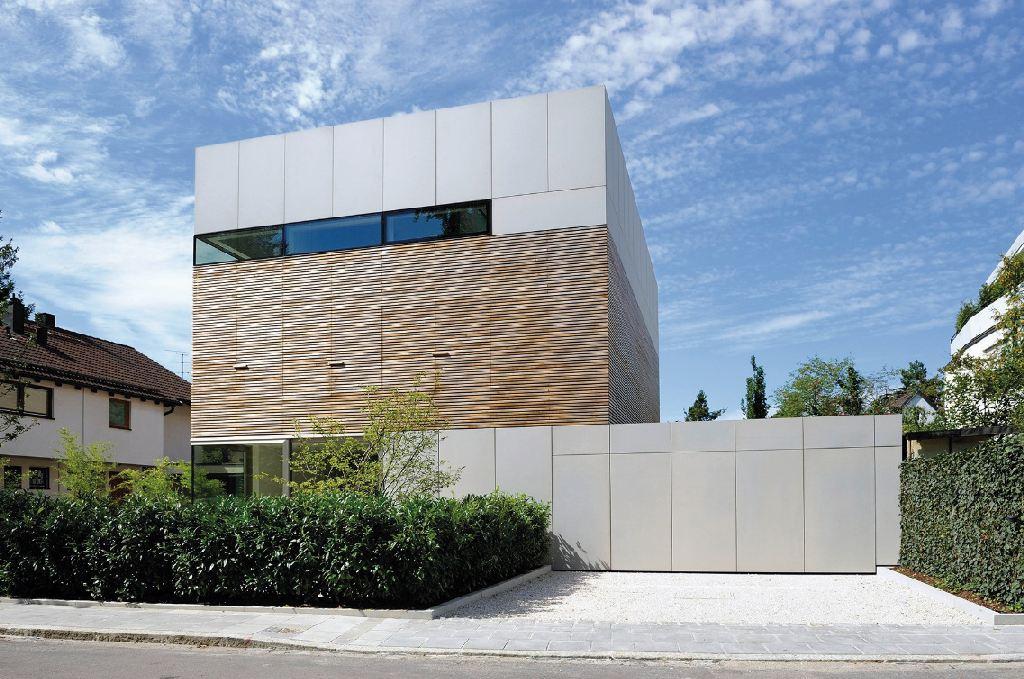 freistehendes Einfamilienhaus und daneben eine Garage in moderner Architektur