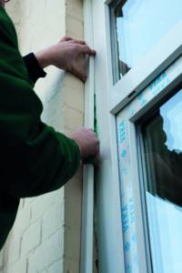 Ein Facharbeiter tauscht alte Fenster aus