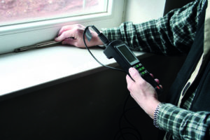 Traumhaus statt Alptraum: die Luftdichtheit der Fenster wird mit einem Gerät gemessen.