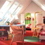 Farbenfrohes Kinderzimmer direkt unterm Dach (Dachausbau).