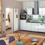 Innenausbau: zeigt offene Küche, welche an den Wohnbereich anschließt.
