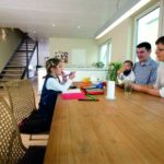 Familie mit kleinen Kindern am Küchentisch (Renovieren ohne Nebenwirkung)