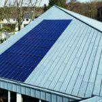 Flächenintegrierte Solarsysteme eingebaut in einem Metalldach