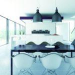 Eine moderne Küche: hell gestaltet mit großen Fliesen