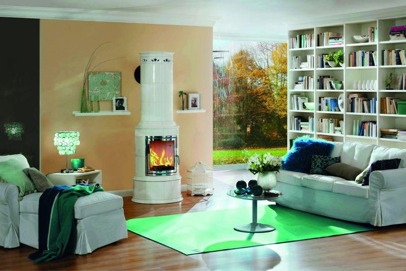 Umweltfreundlich mit Holz heizen: Ein gemütliches Wohnzimmer mit einem modernen Kaminofen
