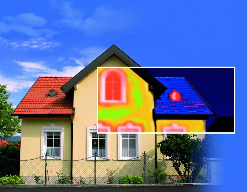 Dank einer thermographischen Aufnahme lässt sich eine Schwachstelle in der Hausdämmung erkennen und wird in roter Farbe angezeigt