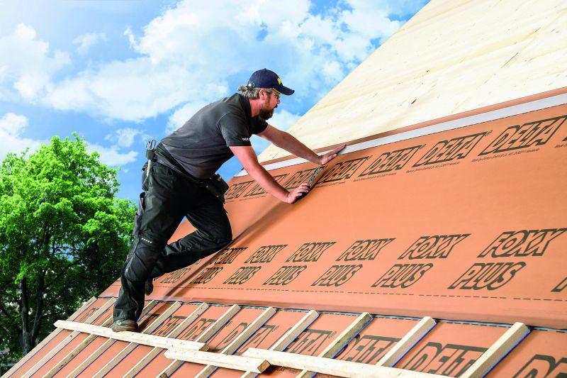 Ein Dachprofi verlegt die Dachdeckung