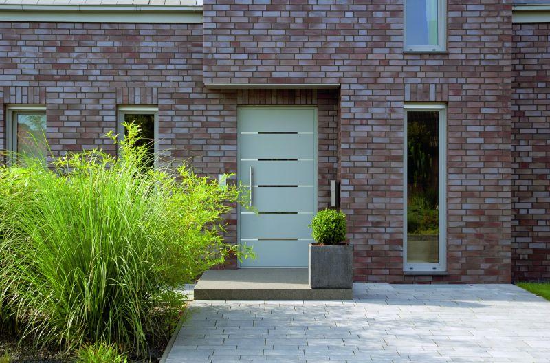 Ein Haus mit einer modernen Tür, die ebenfalls eine gute Dämmung hervorruft.