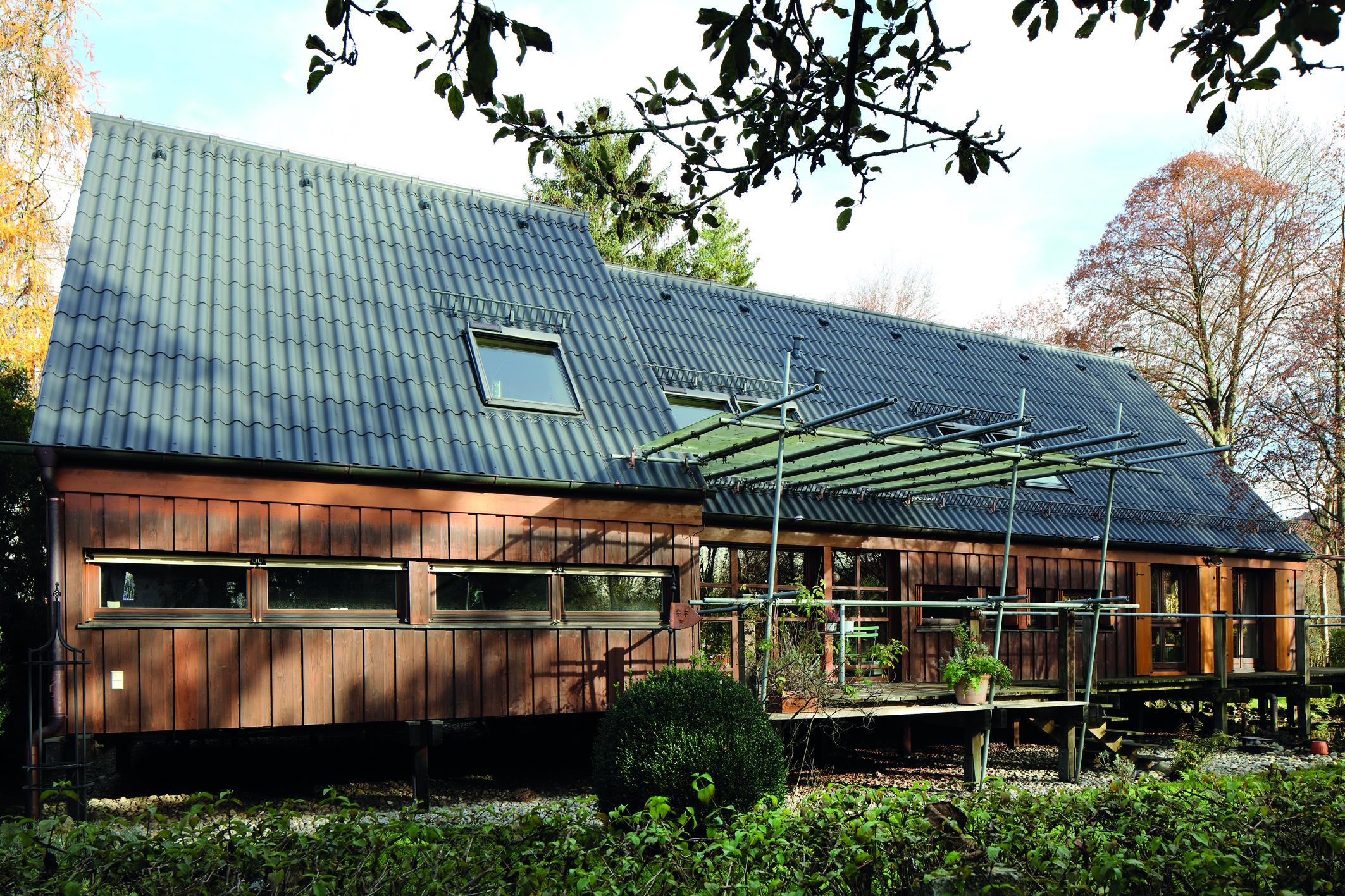 Ein Eigenheim wird einer Dachsanierung unterzogen