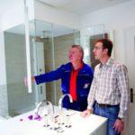 Der Fachmann untersucht gemeinsam mit dem Hausbesitzer das Badezimmer