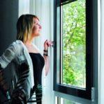 Eine Frau genießt die Vorteile einer Klimaanlage