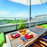 Durch ein begrüntes Flachdach lässt es sich leben und entspannen, wie im Garten