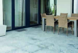 Terrsasse mit Tisch und Gartenstühlen (bröckelnden Beton)