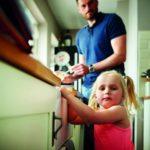 Gesunde Raumluft sorgt für Wohlbefinden: Ein Vater kocht gemeinsam mit seiner kleinen Tochter.