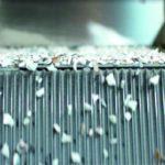 Recycling von Kunststoffen: Alte Fenster auf dem Weg ins nächste Leben. Aus geschredderten PVC-Profilen werden hochwertige Kunststoff-Pellets.