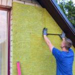 Ein Eigenheimbesitzer verbaut nicht brennbare Baustoffe, um den Brandschutz zu gewährleisten.