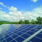 Viele Solaranlagen nebeneinander, auf einer großen Dachfläche gebaut.