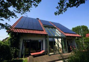 Auf dem Dach eines Einfamilienhauses wurden Solarplatten installiert. Solaranlagen bieten Besitzern viele Vorteile.