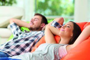 Ein Mann und eine Frau entspannen gemeinsam und genießen die Ruhe. Trennwände mit speziellen Dämmsystemen ermöglichen dies.