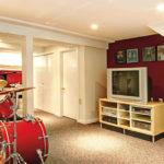 Ein Wohnzimmer mit einem Schlagzeug und roten Wänden (gesunde Raumluft im Keller).