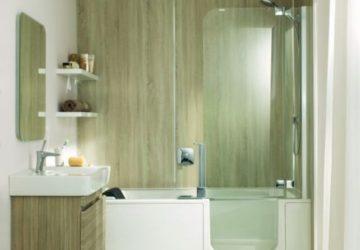 Ein modern eingerichtetes Badezimmer. Die Duschgläser sind auffällig sauber und rückstandsfrei: kein Kalk und Schmutz.