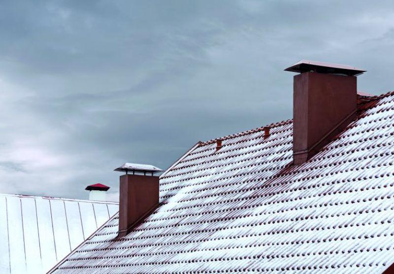 Ein Steildach mit etwas Schnee bedeckt. (Unwetter)