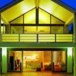 Ein hell erleuchtetes Haus mit großer Glasfront (Modernisierung der Fenster)