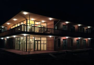 Die Außenfassade eines Holzhauses, mit integrierter Beleuchtung (Holzfenster)