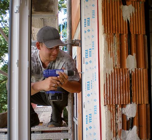 Ein Facharbeiter führt einen Fensterwechsel durch (Fenster planen).