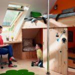 Gemütlich eingerichtetes Kinderzimmer unter einem Steildach, mit schrägen Wänden.