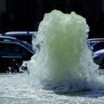 Eine Wasserfontäne schießt aus der Kanalisation (Schäden durch starken Regen)