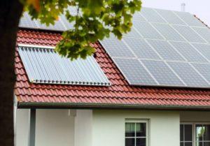 Ein Hausdach mit Solarplatten. (Schäden durch starken Regen vermeiden)