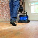 Ein Holzfußboden wird mit einer speziellen Maschine geschliffen. (Holzfußböden)