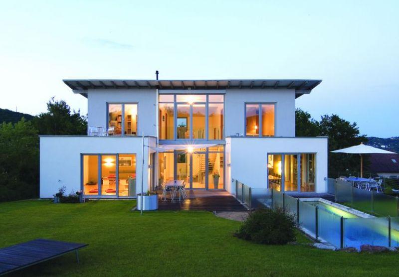 Ein modernes weißes Haus mit Fenster aus Kunststoff.