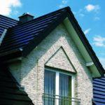 Modernes Haus mit blauem Steildach.