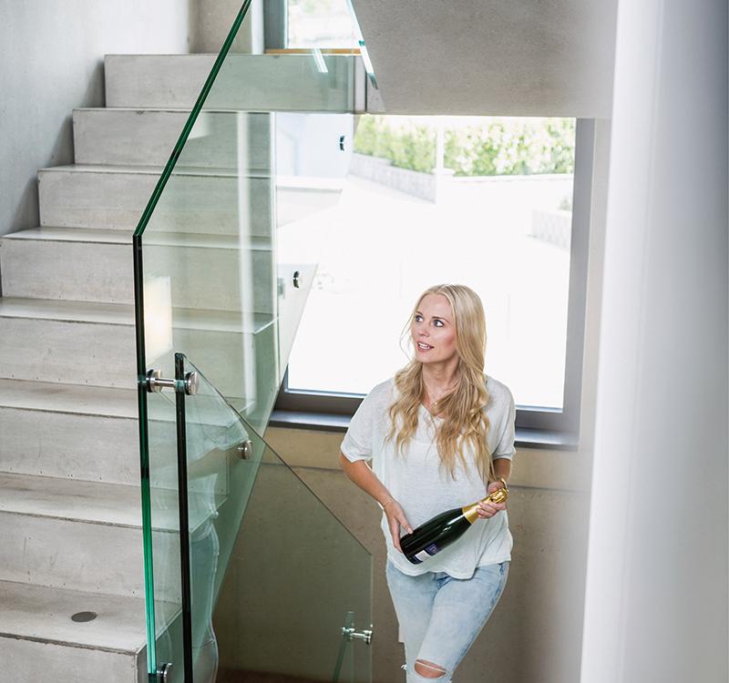 Eine moderne Treppe aus Beton und einem Geländer aus Glas